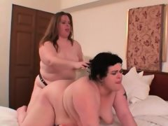 Bbw lesbo brunette gets clit played..